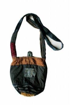 画像1: 【桃雪】古布 ネパール手紡麻糸 連れてってポシェ(藍染縞・柿渋) (1)