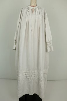 画像2: 【フランス】アンティークリネン 20世紀初頭の教会用ロングスモックドレス(白) (2)