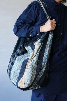 画像20: 【MITSUGU SASAKI】BORO古布 パッチワーク米袋の大きめリバーシブルショルダーバッグ (20)