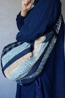 画像19: 【MITSUGU SASAKI】BORO古布 パッチワーク米袋の大きめリバーシブルショルダーバッグ (19)