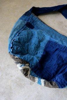 画像9: 【MITSUGU SASAKI】BORO古布 パッチワーク米袋の大きめリバーシブルショルダーバッグ(格子と藍) (9)