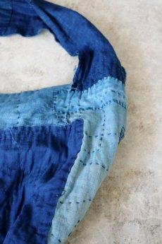 画像11: 【MITSUGU SASAKI】BORO古布 パッチワーク米袋の大きめリバーシブルショルダーバッグ(格子と藍) (11)