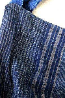 画像4: 【MITSUGU SASAKI】BORO古布 パッチワーク米袋の大きめリバーシブルショルダーバッグ(格子と藍) (4)