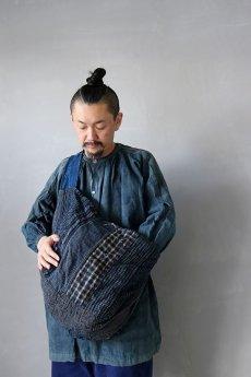 画像15: 【MITSUGU SASAKI】BORO古布 パッチワーク米袋の大きめリバーシブルショルダーバッグ(格子と藍) (15)