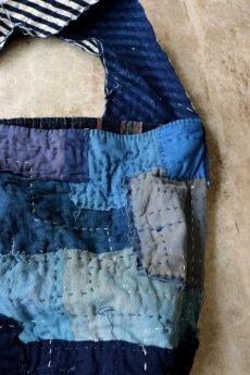 画像6: 【MITSUGU SASAKI】BORO古布 パッチワーク米袋のリバーシブル大きめのショルダーバッグ(藍のパッチと縞) (6)