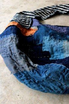 画像4: 【MITSUGU SASAKI】BORO古布 パッチワーク米袋のリバーシブル大きめのショルダーバッグ(藍のパッチと縞) (4)
