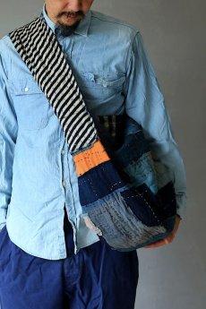 画像16: 【MITSUGU SASAKI】BORO古布 パッチワーク米袋のリバーシブル大きめのショルダーバッグ(藍のパッチと縞) (16)