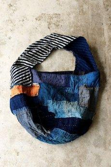 画像3: 【MITSUGU SASAKI】BORO古布 パッチワーク米袋のリバーシブル大きめのショルダーバッグ(藍のパッチと縞) (3)