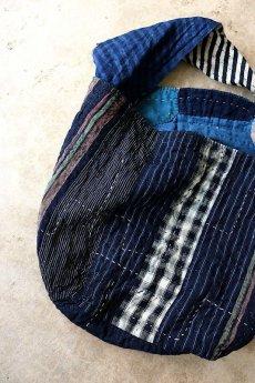 画像13: 【MITSUGU SASAKI】BORO古布 パッチワーク米袋のリバーシブル大きめのショルダーバッグ(藍のパッチと縞) (13)