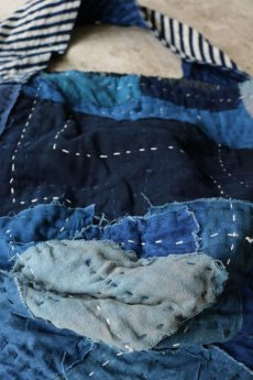 画像9: 【MITSUGU SASAKI】BORO古布 パッチワーク米袋のリバーシブル大きめのショルダーバッグ(藍のパッチと縞) (9)