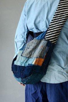 画像15: 【MITSUGU SASAKI】BORO古布 パッチワーク米袋のリバーシブル大きめのショルダーバッグ(藍のパッチと縞) (15)