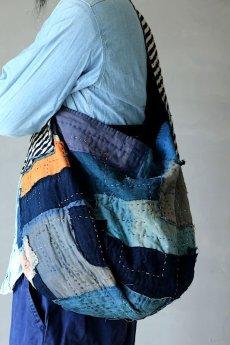 画像14: 【MITSUGU SASAKI】BORO古布 パッチワーク米袋のリバーシブル大きめのショルダーバッグ(藍のパッチと縞) (14)