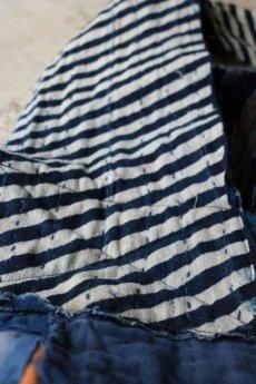 画像10: 【MITSUGU SASAKI】BORO古布 パッチワーク米袋のリバーシブル大きめのショルダーバッグ(藍のパッチと縞) (10)
