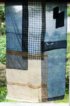 画像14: 【MITSUGU SASAKI】日本古布 パッチワーク壁掛け(藍と生成りの蚊帳) (14)