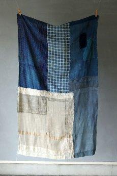 画像2: 【MITSUGU SASAKI】日本古布 パッチワーク壁掛け(藍と生成りの蚊帳) (2)