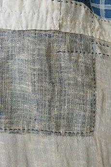 画像9: 【MITSUGU SASAKI】日本古布 パッチワーク壁掛け(藍と生成りの蚊帳) (9)